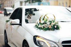 Voiture l'épousant décorée images libres de droits