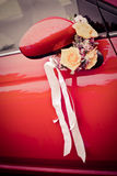Voiture l'épousant décorée Image libre de droits