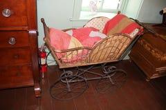 Voiture landau en bois traditionnelle à l'intérieur de la maison amish Photos stock