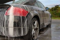 Voiture lavant avec le shampooing de mousse Photographie stock libre de droits