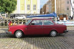 Voiture marron rouge de Volvo 242 à Copenhague Photos libres de droits