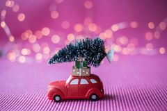 Voiture miniature avec l'arbre de Noël Photo libre de droits
