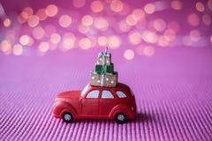 Voiture miniature avec l'arbre de Noël Images libres de droits