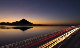 Voiture mobile avec la lumière de tache floue à la ville Photo libre de droits