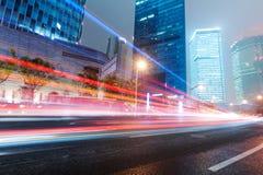 Voiture mobile avec la lumière de tache floue Images stock