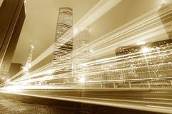 Voiture mobile avec la lumière de tache floue Images libres de droits