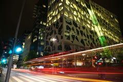 Voiture mobile avec la lumière de tache floue par la rue de porte de Dronning Eufemias Photo stock