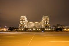 Voiture mobile avec la lumière de tache floue par la ville de Bakou Image libre de droits