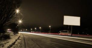 Voiture mobile avec la lumière par la ville la nuit Photo stock