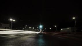 Voiture mobile avec la lumière par la ville la nuit Photographie stock