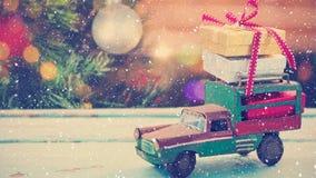 Voiture modèle avec les présents et le fond brouillé d'un arbre de Noël combiné avec la neige en baisse clips vidéos