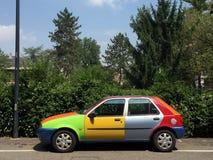 Voiture multicolore garée dans la rue de ville Photo stock