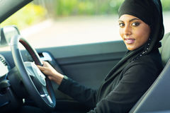 Voiture musulmane moderne de femme photographie stock