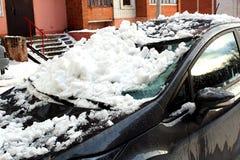Voiture noire écrasée sous la neige crue blanche image libre de droits