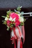 Voiture noire de luxe de mariage décorée des fleurs Photo libre de droits