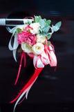 Voiture noire de luxe de mariage décorée des fleurs Photos stock