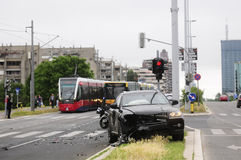 Voiture noire endommagée après accident avec le tram Images libres de droits