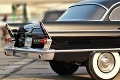 Voiture noire soviétique Chaika, partie arrière de vintage au vieux festival de terre de voiture Photographie stock libre de droits