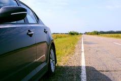 Voiture noire sur le bord de la route Photos libres de droits