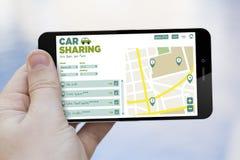 Voiture partageant le téléphone portable Image stock