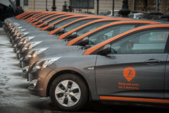 Voiture-partager - l'ouverture d'une nouvelle location de voiture de service par minut Photos libres de droits