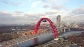 Voiture passant le pont pittoresque au-dessus de la vue aérienne de rivière de Moscou banque de vidéos