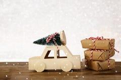 voiture portant un arbre de Noël devant le fond de scintillement Image libre de droits