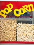 voiture pour la production du maïs éclaté savoureux Photos libres de droits