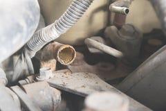Voiture réparant la réparation de voiture de moteur Photo stock