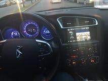 Voiture rapide avec GPS et l'information bleue Image stock