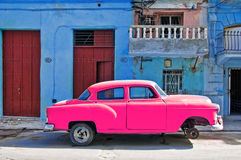 Voiture rose dans la rue de La Havane images stock