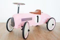 Voiture rose de jouet pour des filles Photo libre de droits