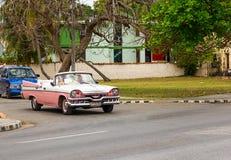 Voiture rose de vintage au Cuba Photographie stock libre de droits