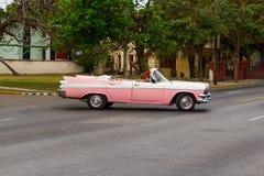 Voiture rose de vintage au Cuba Photos stock