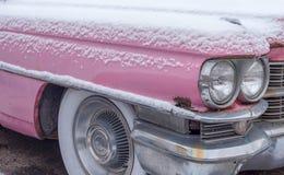 Voiture rose de vintage avec la neige Image stock