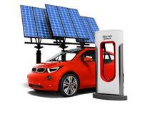 Voiture rouge de concept moderne électro au ravitaillement électrique avec solaire illustration libre de droits