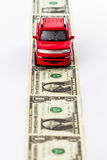Voiture rouge de jouet sur la route d'argent. images stock