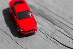 Voiture rouge de jouet sur le fond en bois gris avec l'espace pour l'inscription ou la conception Fin vers le haut images libres de droits