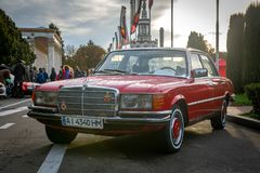 Voiture rouge de Mersedes à la vieille terre Kiev 2018 de voiture photos stock