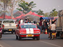 Voiture rouge de muscle de mustang à Vientiane Photo libre de droits