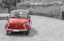 Voiture rouge FIAT 500 de vintage photographie stock libre de droits