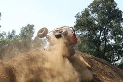 Voiture rouge roulant plus d'en haut de la colline très raide Photos stock