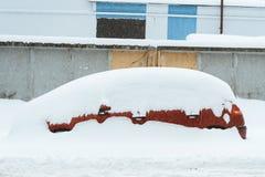 Voiture rouge sous la neige photo stock