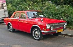 Voiture rouge soviétique classique Volga Image libre de droits