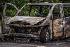 Voiture rouillée brûlée sur la route Photos libres de droits