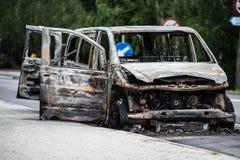 Voiture rouillée brûlée sur la route Photo stock