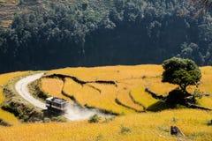 Voiture roulant sur la route, Népal. image stock