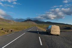 Voiture sale de campeur sur la route en péninsule de Snaefellsnes Photographie stock libre de droits