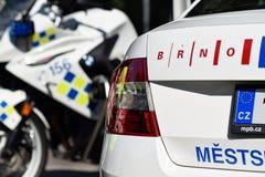 Voiture shinning de police tchèque de ville photos stock