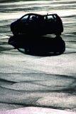 Voiture solitaire dans le parking photo stock